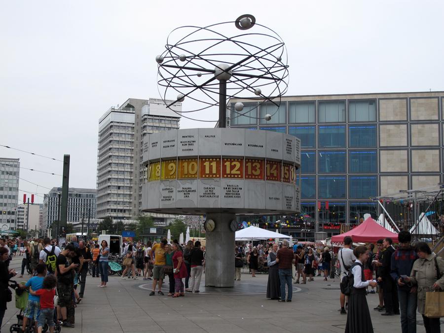 «Часы мира» на Александерплац