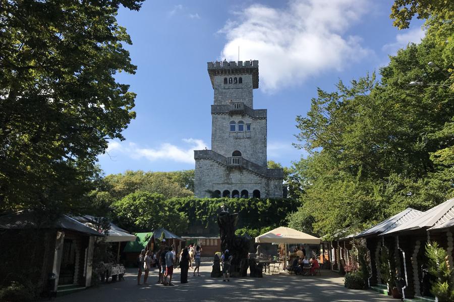 Гора и башня Ахун в Сочи