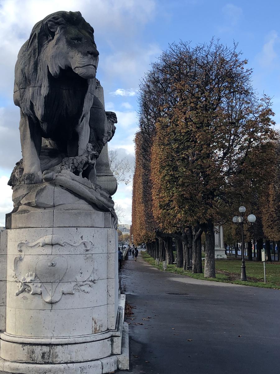 Скульптура льва у моста Александра III в Париже